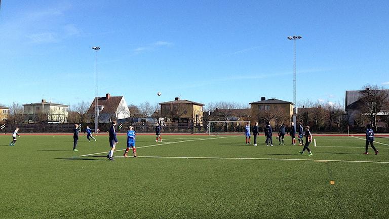 Fotbollsträning på fotbollsplan.