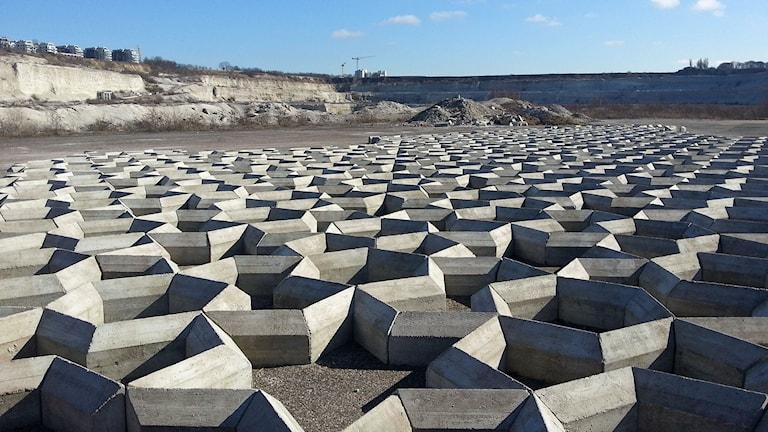 Det nya konstverket i kalkbrottet i Limhamn. Här ligger betongblock i sexkantiga formationer.