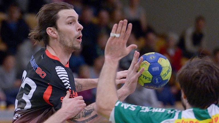 Fredrik Petersen, landslagsspelare i handboll i HK Malmö, här i aktion mot Hammarby. Foto: Janerik Henriksson/TT