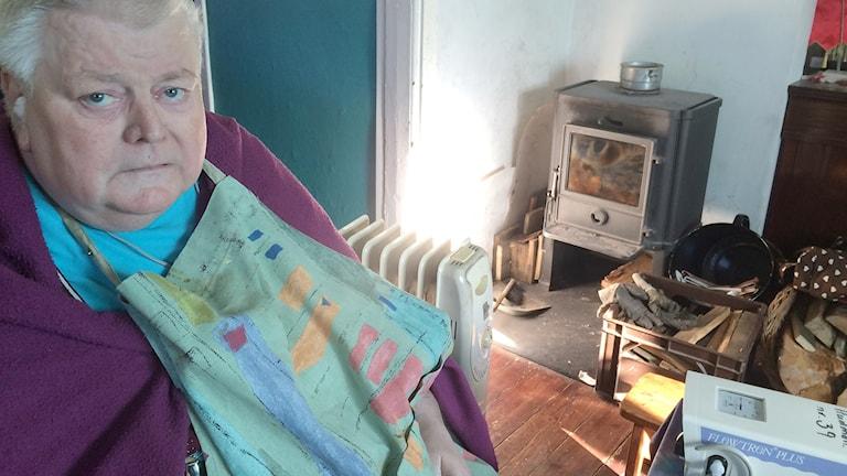 Svårt sjuke Rolf får daglig hjälp av hemtjänsten men de får inte hjälpa honom att lägga in en pinne i brasan för att värma upp huset. Foto: Evelina Olsson/Sveriges Radio