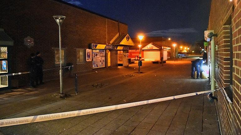 Ett område runt Lindängens centrum har spärrats av efter skottlossningen. Foto: Emil Langvad/TT