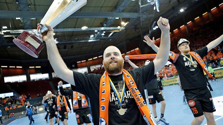 Kristianstads Johan Jepson med bucklan efter segern i herrarnas SM-final i handboll mellan IFK Kristianstad och Alingsås HK i Scandinavium i GÖteborg. Foto: Adam Ihse/TT