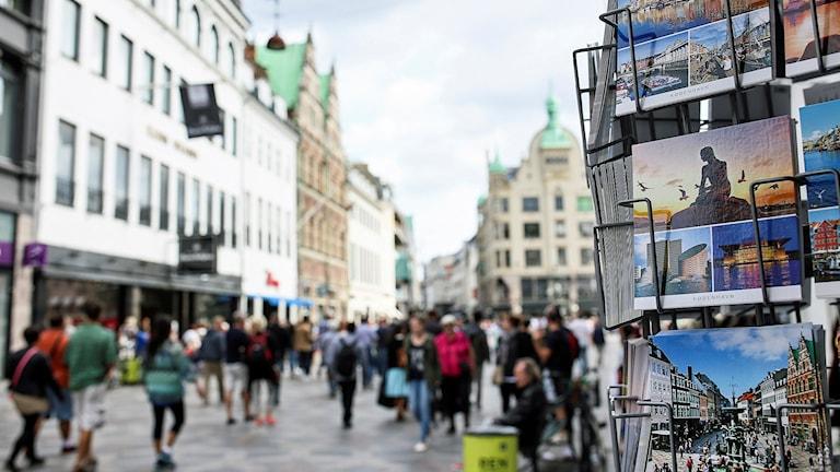 Vykortsställ och flanörer på Köpenhamns kända gågata Strøget. Foto: Helena Landstedt/TT