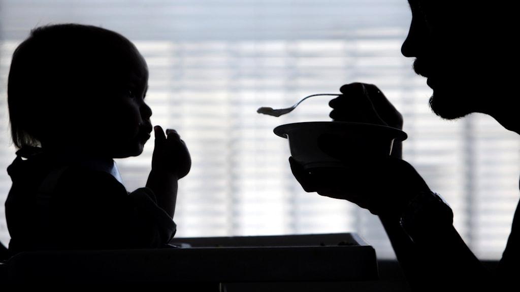 En pappa matar sin son med barnmat. Foto: Fredrik Sandberg/TT