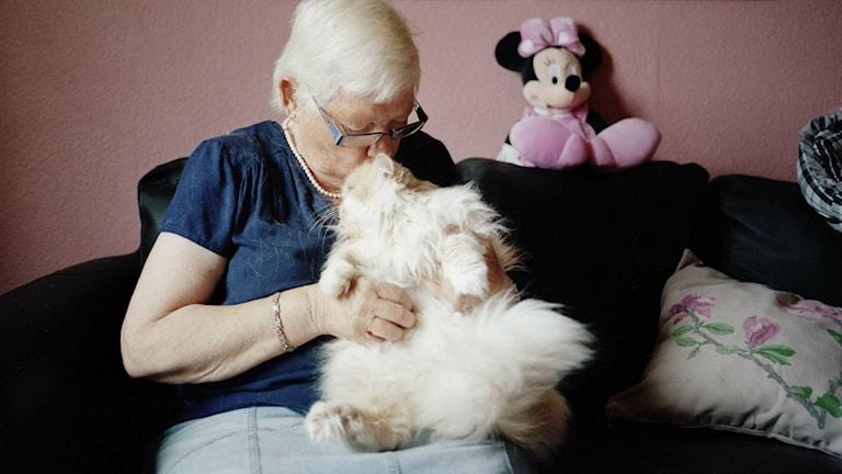 Birgitta Carlsson gosar med en av sina åtta katter. Fotografen Julia Lindemalm har under ett år följt kvinnor som har katter för att undersöka relationen mellan katt och människa. Foto: Julia Lindemalm/Privat