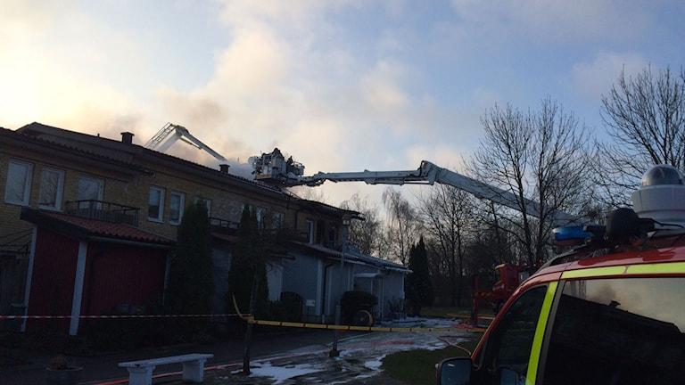 Räddningstjänsten kämpar mot branden i radhuset i Ödåkra. Foto: Katarina Sköldqvist/Sveriges Radio