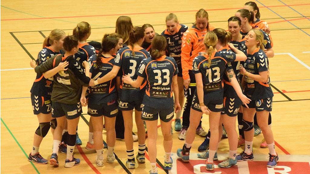 Glada Kristianstadsspelare efter säkrad elitserieplats. Foto: Micke Dahl/Sveriges Radio