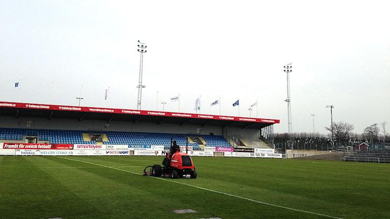 Gräset klipps inför TFF:s premiär på Vångavallen i kväll.