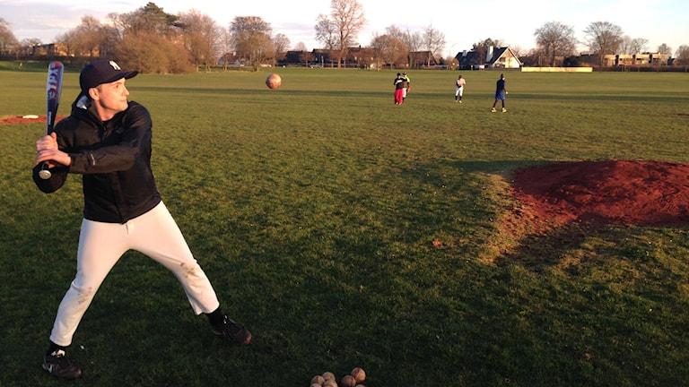 Bradley Chalker tränar baseball på Limhamnsfältet.