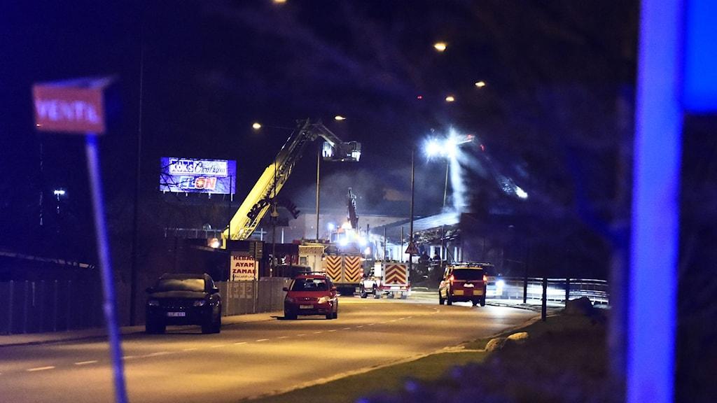 Polisen spärrade av ett stort område runt friskolan som brann natten till söndagen. Foto: Emil Langvad/TT.