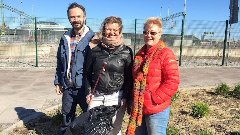 Ivan Rodriguez, Anna Kozlowska och Eva Lindberg plockar skräp.