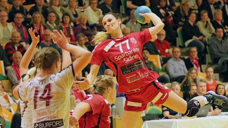 Niomålsskytten och landslagsspelaren i H65 Höör Jasmina Djapanovic skjuter i kvartsfinalen mot Anna Lagerquists Lugi. Foto: Nils-Åke Åkesson.