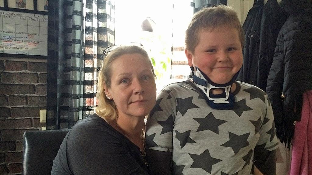 Petras sjuårige son Khian skickades hem från akuten i Lund med bruten nacke. Foto: Evelina Olsson/Sveriges Radio.
