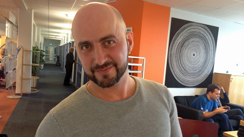 Bülent Saglam kommer tidigt fyra dagar i veckan för att få plats på språkcaféet. Foto: Anna Landelius/Sveriges Radio