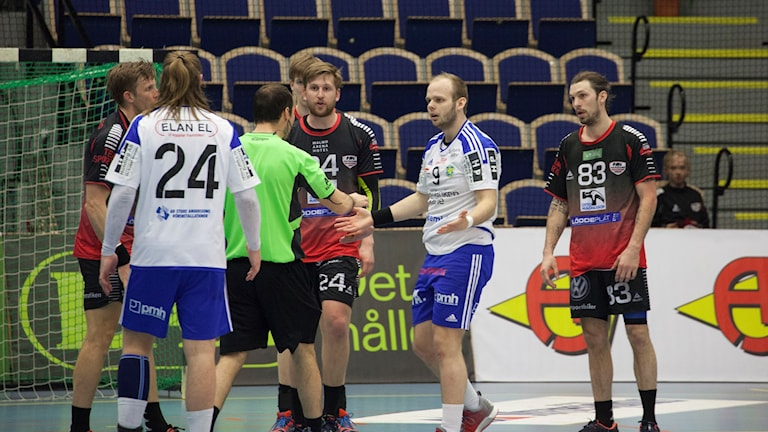 HK Malmös landslagsspelare Fredrik Petersen fick rött kort efter en duell med Ystads IF:s Oscar Zareba. Foto: Karin Olsson-Bendix/Sveriges Radio