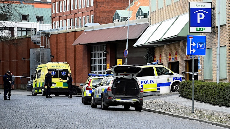 En kvinna har hittats knivskuren inne i ett parkeringshus i centrala Lund. Kvinnan hittades vid 15.30 på tisdagen av en privatperson.