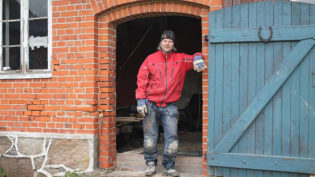 Christer Jonsson bygger om ett hus hemma i Rynge till en liten teater.