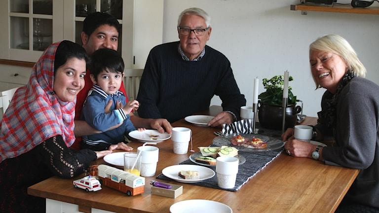 Sedan i vintras har ett 50-tal asylsökande barnfamiljer i Höör fått vänfamiljer bland Höörborna, genom ideella initiativ. Familjen Jailani och familjen Nilsson är ett exempel. På bilden: Negar, Modaser och Rabani Jailani och Kent och Ingert Nilsson.  Foto: Malin Thelin/Sveriges Radio