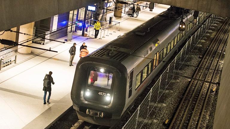 Ett Öresundståg bakom staketet på Kastrups perrong ett. Foto: Johan Nilsson/TT