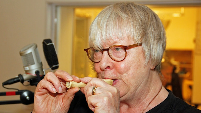 Musikarkeolog Cajsa Lund från Åkarp visar forntida flöjt tillverkad av fårben. Foto: Hans Zillén/Sveriges Radio.