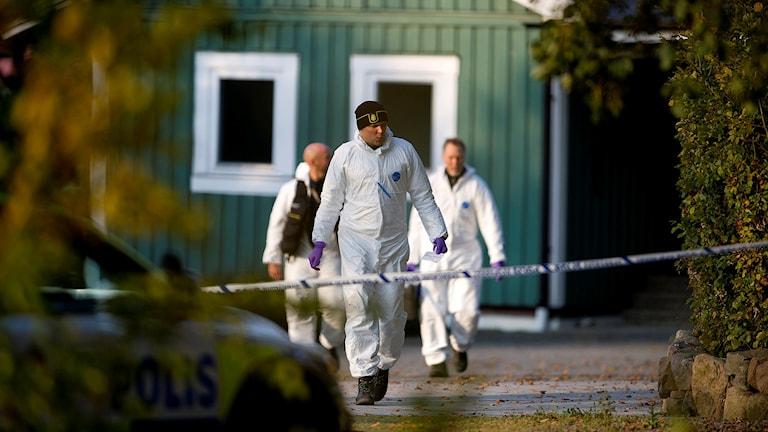 VALLÅKRA 20151015 Sent på onsdagskvällen påträffades två män döda på en adress utanför Vallåkra, en man greps och togs till förhör. Nu är området kring brottsplatsen avspärrat och polisens tekniker undersöker brottsplatsen. Foto: Björn Lindgren/TT