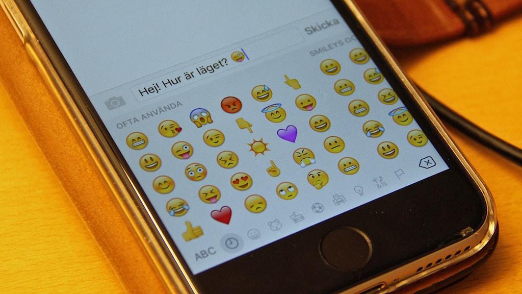 Smileys, emojis eller emotikons. Sms och meddelanden skrivs ofta med dessa.