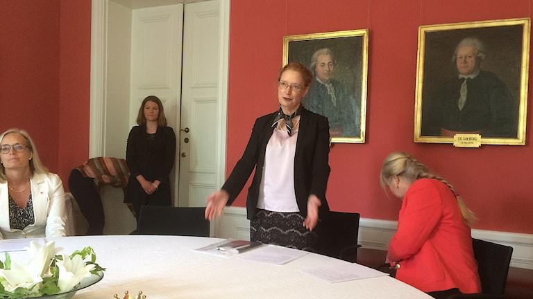 I mitten Hanne Tønnesen,  direktör för WHO collaborating center under pressträffen idag.