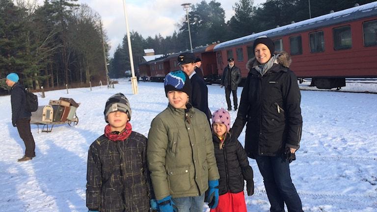 Linda Månsson med barnen Ville och Vega och kompisen Elis åkte jultåget. Foto: Malin Thelin/Sveriges Radio