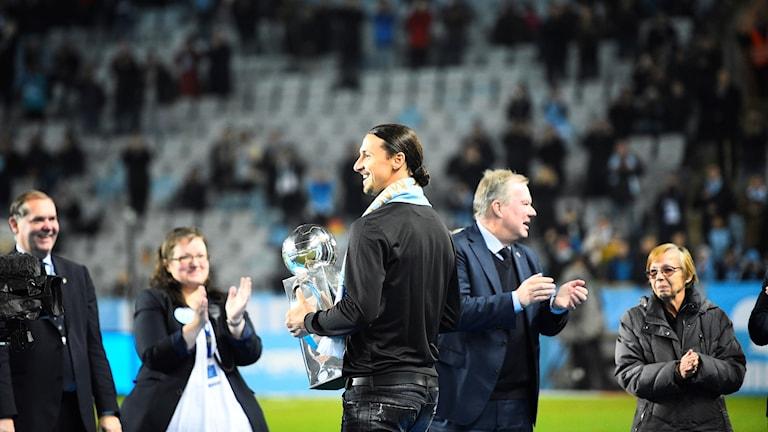 Malmö FF är svenska mästare 2017. Zlatan Ibrahimovic delar ut Lennart Johanssons pokal till Malmö FF efter säsongens sista fotbollsmatch i allsvenskan, mellan Malmö FF och BK Häcken på Swedbank Stadion.  Foto: Emil Langvad / TT