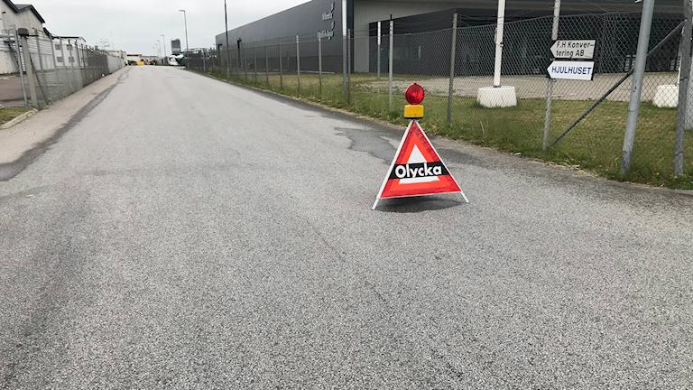 Bilden visar en väg i industriområdet i Staffanstorp, där det är avspärrat på grund av ett utsläpp av saltsyra. Foto: Marie Sandgren/Sveriges Radio.