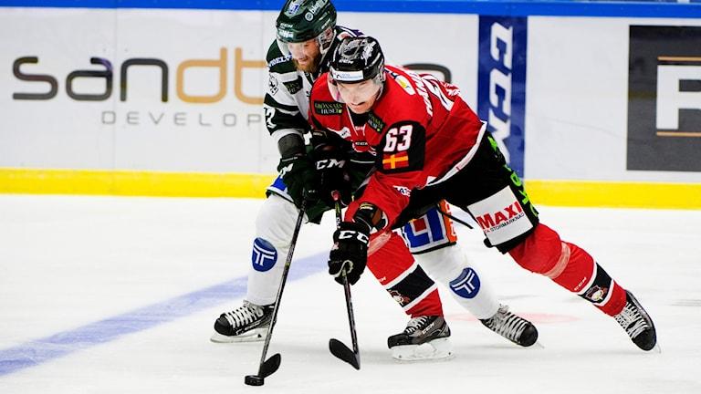 Fredrik Händemark, hockeyspelare i Malmö Redhawks, här i kamp med en Färjestadsspelare. Foto: Emil Langvad/TT.