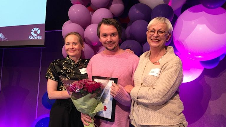 Emil Jensen tillsammans med Region Skånes kulturchef Gitte Wille (vänster) och kulturnämndens ordförande Maria Ward (höger).