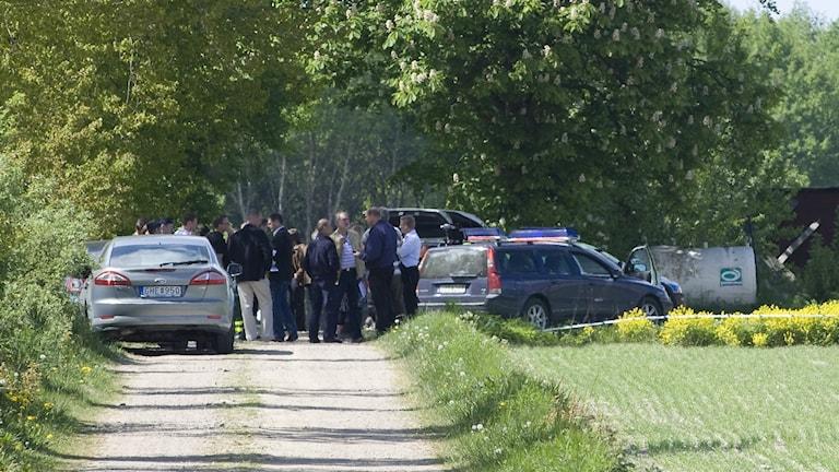 Polis på plats vid gården i Kastberga öster om Eslöv.