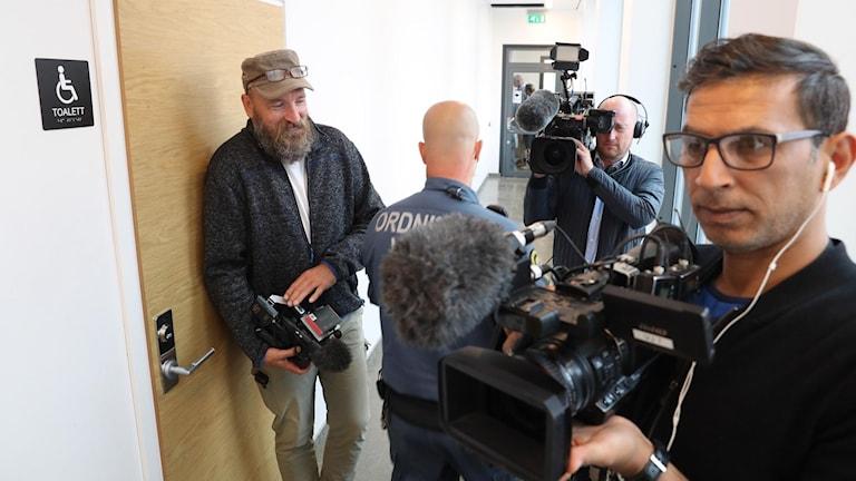 Media på plats inför häktningsförhandlingen i Malmö mot 22-åringen som misstänks för sprängdåd i Köpenhamn. Foto: Andreas Hillergren/TT.