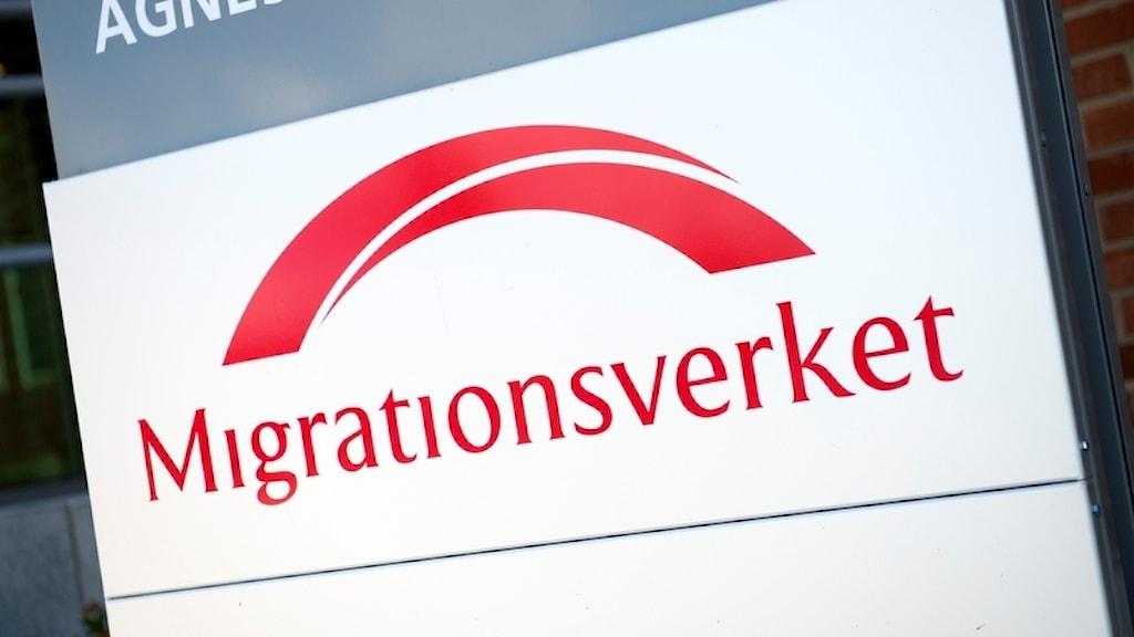 Bild på en skylt med Migrationsverkets logga.
