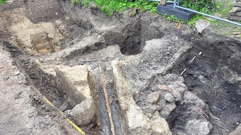 En grop från den arkeologiska utgrävningen av Rosenträdgården i Helsingborg. Foto: Anna Hanspers/Sveriges Radio.
