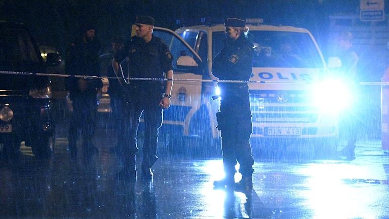 Polis och avspärrningar efter att två personer har förts till sjukhus efter en skottlossning på Lagmansgatan i Malmö. Foto: Johan Nilsson/TT