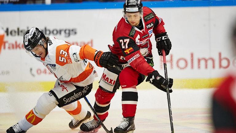 Karlskronas Bobo Petersson och Malmös Christoffer Forsberg under lördagens match i SHL mellan Malmö Redhawks och Karlskrona HK på Malmö Arena.