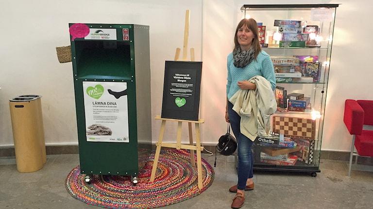 Emma Börjesson från miljöförvaltningen i Malmö visar klädåtervinningen på Stadsbiblioteket i Malmö. Foto: Madeleine Fritsch-Lärka/Sveriges Radio.