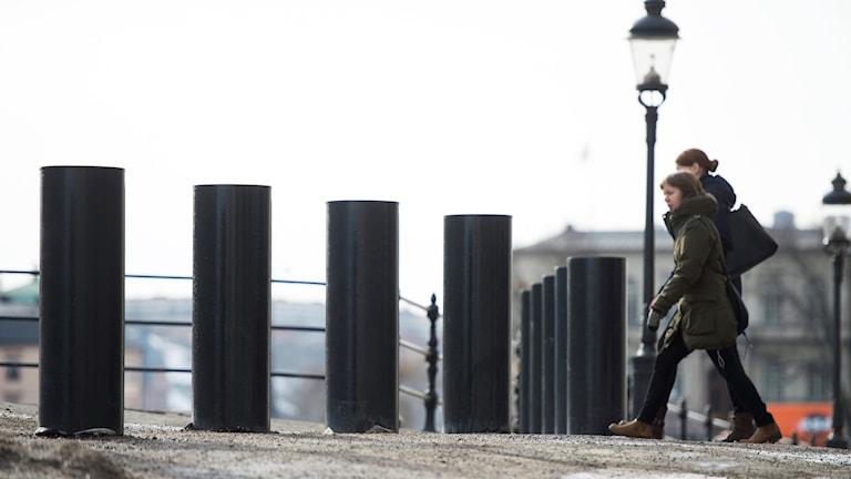 Pollare, rörliga stolpar som ska kunna stoppa trafik och förhindra terrordåd. Foto: Fredrik Sandberg/TT.