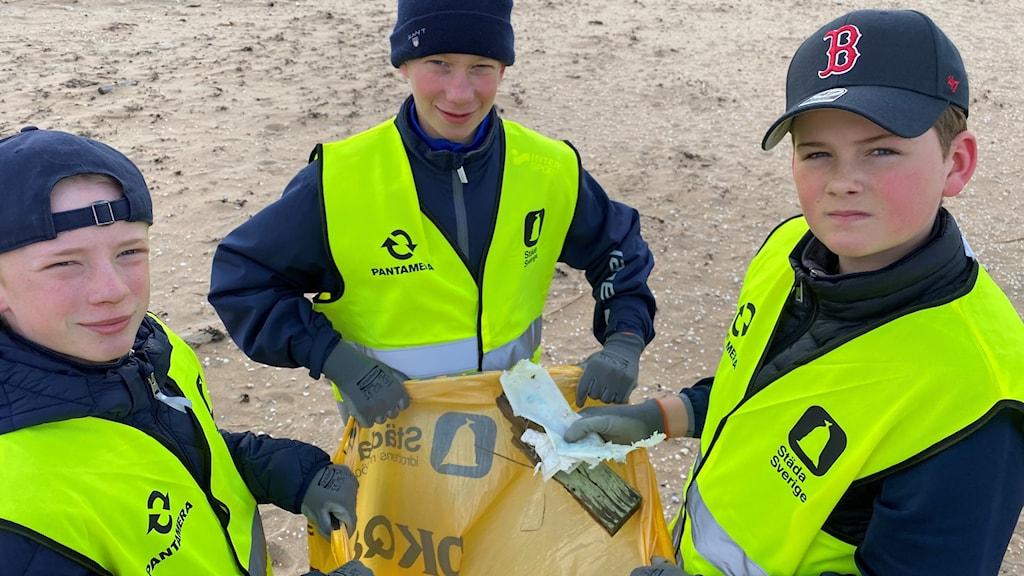 Plast, fimpar och munskydd bland skräpfynden. Lagkompisarna Liam Nyberg, Melvin Persson och Olle Permevik Jonstorps hockey deltar i kampanjen Städa kust.