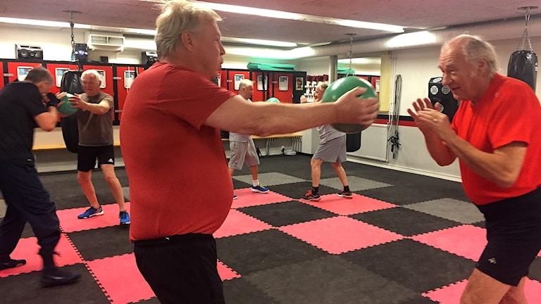 Hampus Fahlström och Olle Lindfors övar styrka på boxningsklubben Länge leve livet i Höllviken.