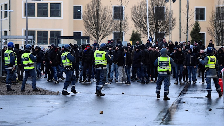 Polis utanför Olympia efter kvalmatchen mellan Helsingborg och Halmstad. Foto: Emil Langvad/TT.