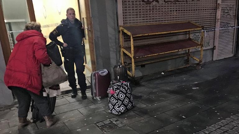Zeyna evakueras ur huset i Helsingborg efter explosionen. Foto: Nina Sköldqvist/Sveriges Radio.
