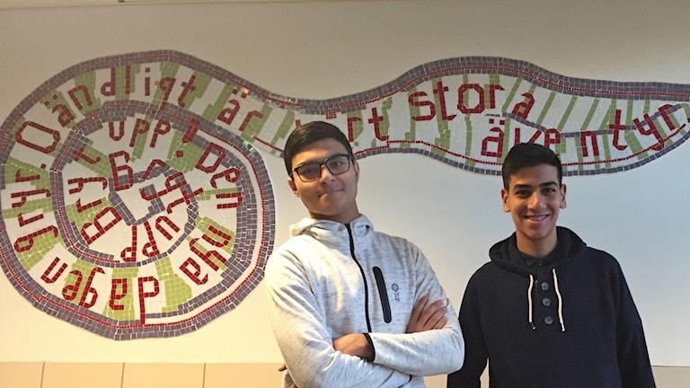 Hasanain Al-humairi och Wahid Hassani är kamratstödjare och försöker förebygga mobbning och kränkningar på Hermodsdalsskolan i Malmö. Foto: Anna Landelius/Sveriges Radio.