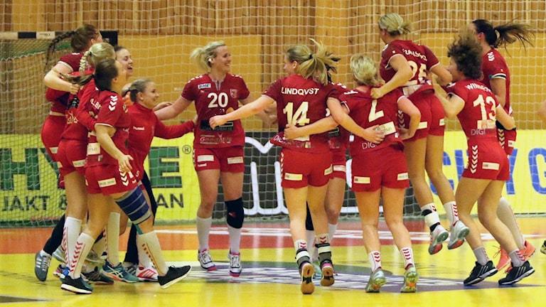 H65 Höörs spelare jublar sedan semifinalplatsen säkrats efter seger i tredje SM-kvartsfinalen mot Skövde. Foto: Nils-Åke Åkesson.