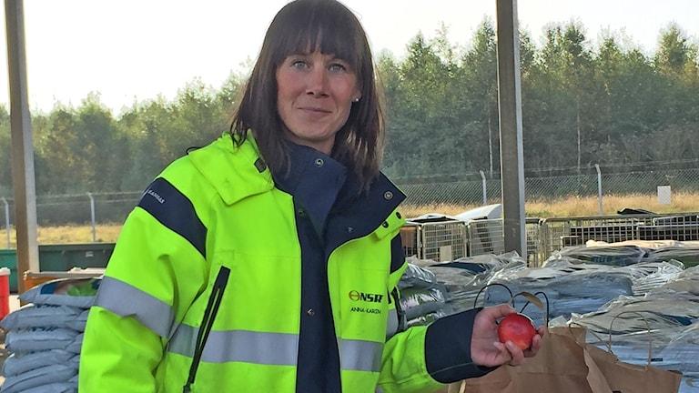 Anna-Karin Falkenström på NSR i Helsingborg tar gärna emot överbliven frukt. Foto: Nina Sköldqvist/Sveriges Radio.