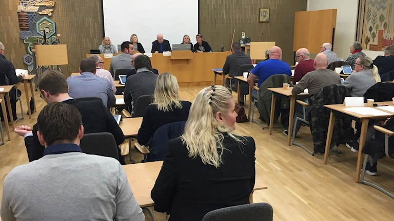 kommunalt mötesrum med ett tjugotal personer