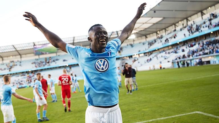 MFF:s Bonke Innocent tackar fansen efter söndagens allsvenska fotbollsmatch.