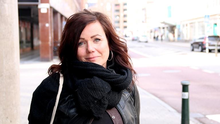 Pernilla Unsgård, kurator på Rörsjöskolan-Zenith står på en gata i Malmö.